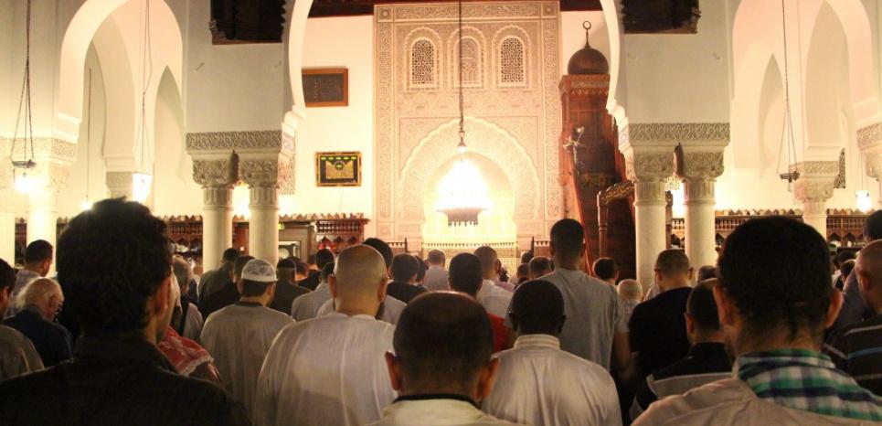 Des Français de confession musulmane durant la première Tarawih du ramadan 2015, prière quotidienne du soir durant le mois de jeûne. ©CITIZENSIDE/SHAUKAT AHMED / citizenside.com / AFP