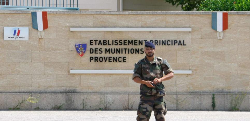 Un soldat devant l'établissement principal des munitions Provence, à Miramas, le 7 juillet. Un gros stock de matériel y a été volé. (Claude Paris/AP/SIPA)