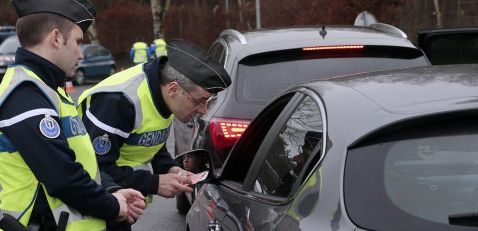 Les gendarmes contrôlent un permis de conduire à Fleury-en-Bière (JACQUES DEMARTHON / AFP)