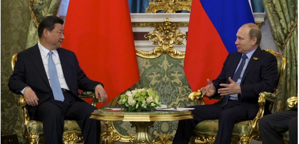 Le président russe Vladimir Poutine et son homologue chinois Xi Jinping, le 8 mai 2015 au Kremlin. ALEXANDER ZEMLIANICHENKO / POOL / AFP