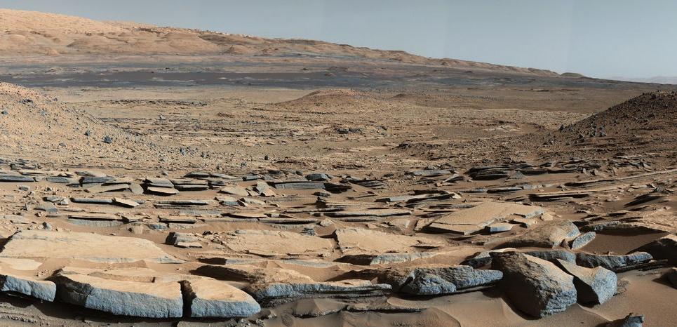 """Vue de la formation """"Kimberley"""" sur Mars prise par le rover Curiosity. Au fond, la base du Mont Sharp. Credit: NASA/JPL-Caltech"""