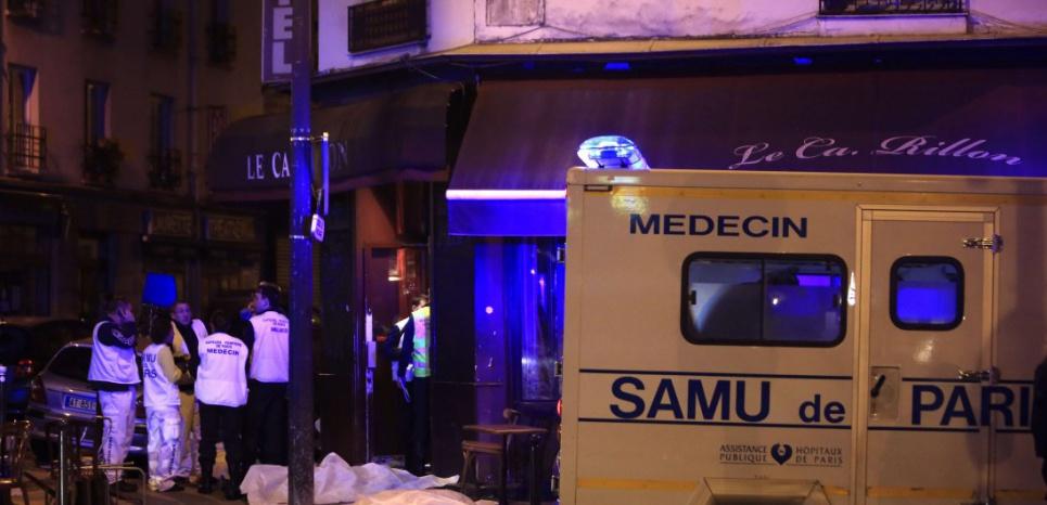 Les secours s'affairent devant un restaurant à Paris Thibault Camus/AP/SIPA