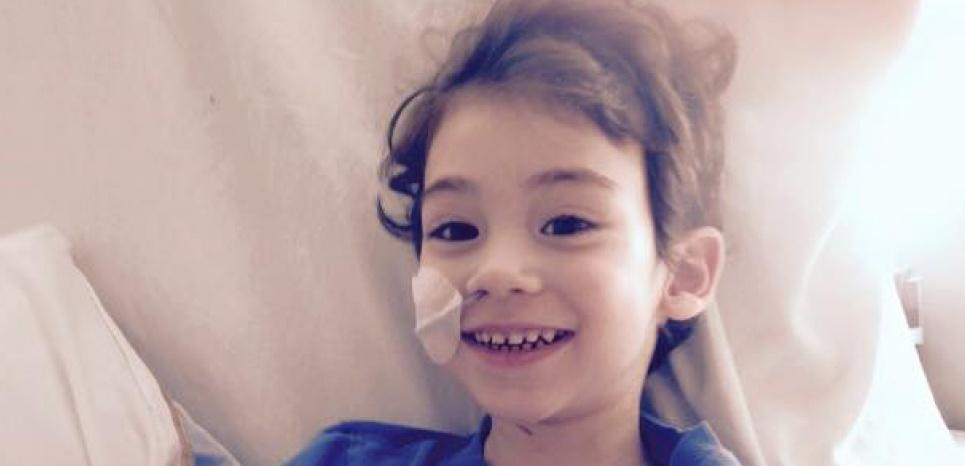 Liam Aglat en soin intensif après avoir subi un arrêt cardiaque de 30 minutes. ©Véronique Aglat/Facebook