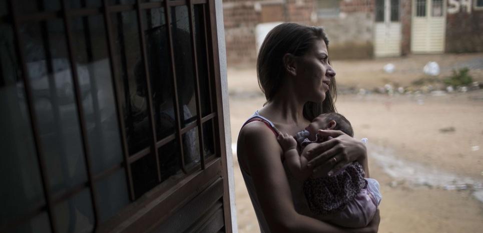 Dans la ville de Santa Cruz do Capibaribe, une mère avec son enfant né en octobre 2015 et atteint de microcéphalie. ©Felipe Dana/AP/SIPA