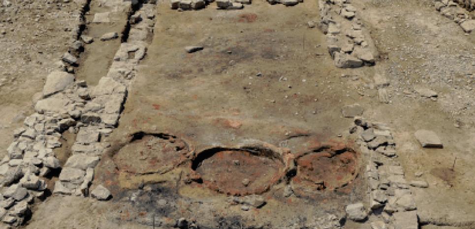 Vestiges d'une ancienne taverne découverte sur l'antique site de Lattara, datée du 2e siècle avant notre ère. Les trois cercles rouges sont des restes de four. CREDIT: Fouilles de Lattes - CNRS