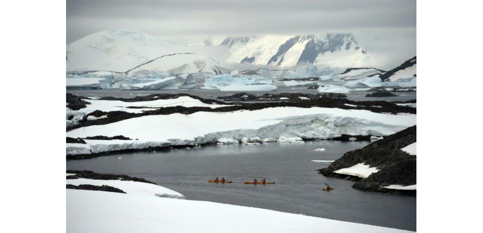 Des kayakistes pagayent le long de l'île Winter Island l'Antactique le 2 mars 2016 (c) Afp