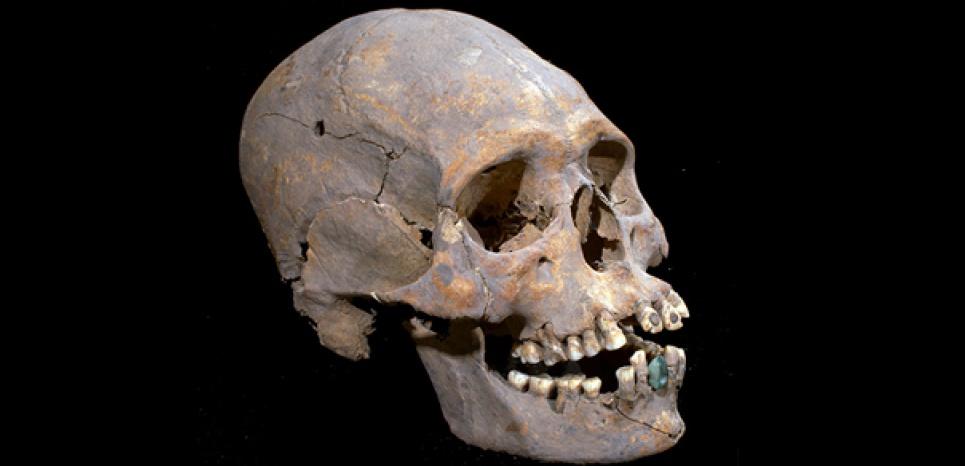 """Crâne d'une femme ayant vécu il y a 1600 ans, découvert dans le quartier des """"communautés étrangères"""" de la cité de Teotihuacan (Mexique), présentant des incrustations dentaires. Crédit: INAH / Aldo Diaz Avelar"""