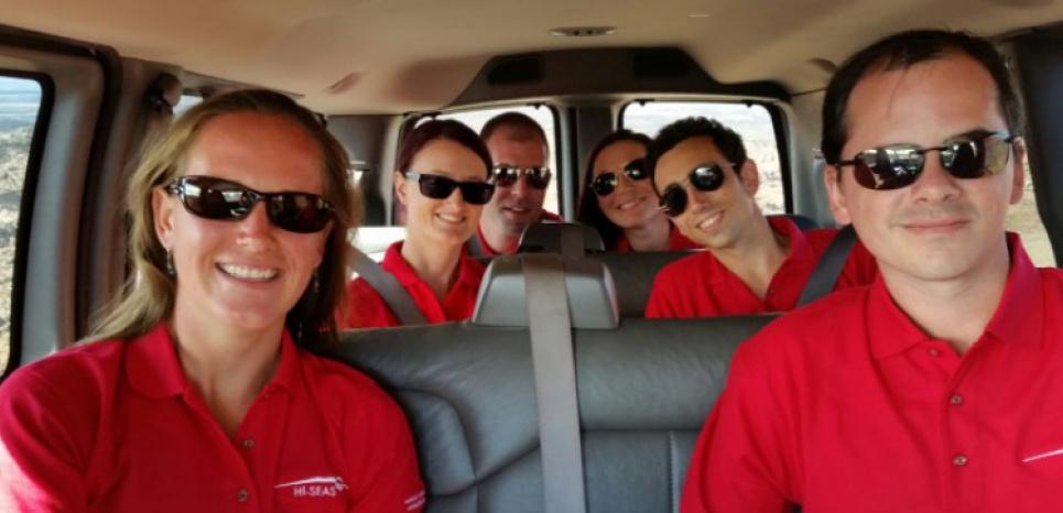 De GàD: Carmel Johnston, Christiane Heinicke, Andrzej Stewart, Sheyna Gifford, Cyprien Verseux et Tristan Bassingthwaighte, les six volontaires qui s'étaient isolés pendant un an à Hawaii, le 28 août 2015 à Mauno Loa (c) Afp