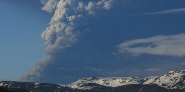 Une colonne de fumée émanant du volcan s'élève à une altitude de 20 km. (Sipa)