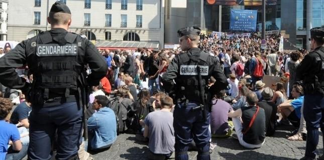 """Manifestation des """"Indignés"""" place de la Bastille, le 29 mai 2011 à Paris. (AFP/ BERTRAND GUAY)"""