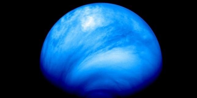 L'hémisphère sud de Vénus (premier plan) vu par une caméra (VMC) de la sonde Venus Express en 2007. Image en fausses couleurs obtenue dans l'ultraviolet à 35.000 km de Vénus. (ESA © 2007 MPS/DLR-PF/IDA)
