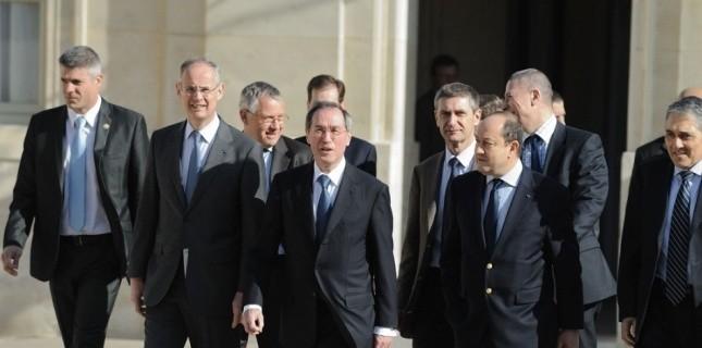 le ministre de l'Intérieur Claude Guéant et le patron de la DCRI Bernard Squarcini (à sa gauche) à l'Elysée le 27 février 2012. (WITT/SIPA)