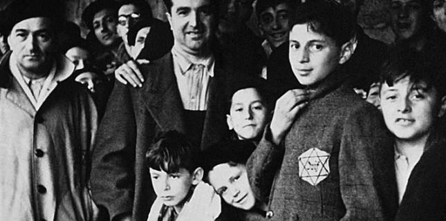 Photo prise en 1942 de juifs internés dans le camp de Drancy après avoir transité par le stade du Vélodrome d'Hiver à Paris. Le 16 juillet 1942 et les jours suivants, près de 13.000 Juifs - dont 4.115 enfants - sont arrêtés à leur domicile à Paris et dans la région parisienne sous les ordres de René Bousquet, chef de la police de Vichy. (AFP)