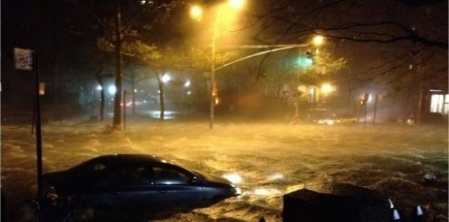 L'East river est sortie de son lit et a envahi des rues de Manhattan, à New York. (RIGELHAUPT SAMUEL/SIPAUSA/SIPA)