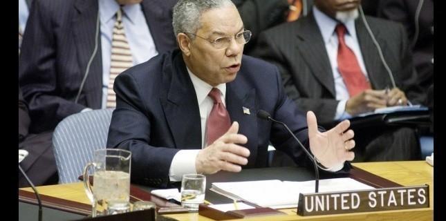 """Colin Powell lors de son """"célèbre"""" discours à l'ONU, le 5 février 2003. (Sipa)"""