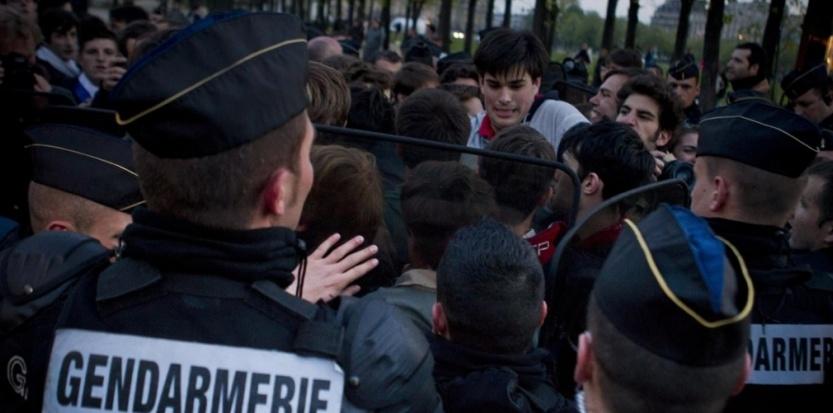 """Des gendarmes face aux manifestants de """"la Manif pour tous"""", sur l'esplanade des Invalides à Paris, le 21 avril (WARTNER/20 MINUTES/SIPA)"""