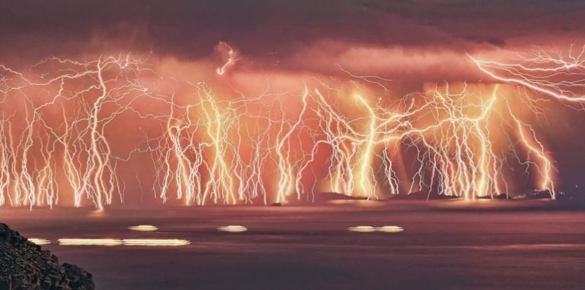 Le même Chris Kotsiopoulos est l'auteur de cette photo hallucinante d'un orage passant sur l'île grecque d'Icare. En fait, le photographe a superposé sur la même image 70 prises de vue prises en l'espace de près d'une heure et demie. (National Pictures / Chris Kotsiopoulos/NATIONAL PICTURES/MAXPPP)