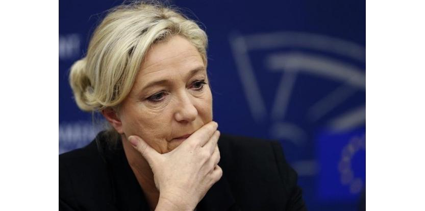 Une dissolution de l'Assemblée nationale sera inévitable si les listes du Front national arrivent en tête des élections européennes en mai 2014, comme le prévoient certains sondages d'opinion, a déclaré mercredi Marine Le Pen lors d'une conférence de presse au Parlement européen à Strasbourg. /Photo prise le 11 décembre 2013/REUTERS/Vincent Kessler (c) Reuters