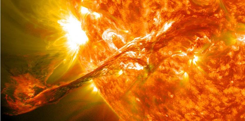 Filament solaire géant photographié le 31 août 2012 à 20h36 UTC, éjecté à environ 1 500 kilomètres par seconde. Cette partie du filament fait plusieurs centaines de milliers de km de long. (NASA Goddard Space Flight Center / Wikimedia commons)