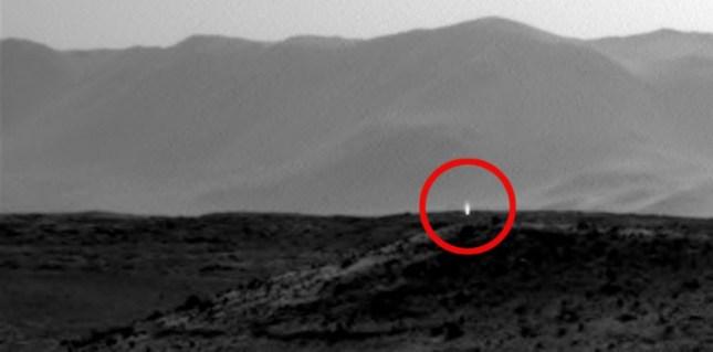 Ce qui semble être une émission de lumière sur une image saisie sur Mars par le robot américain Curiosity, le 3 avril 2014. (NASA/JPL-Caltech)