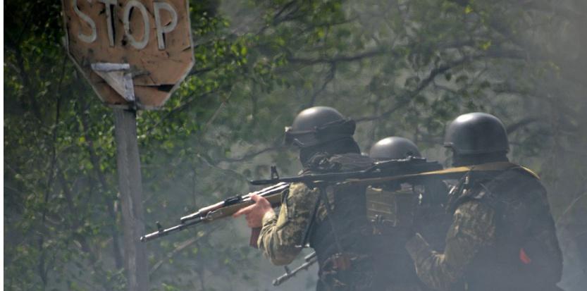Les forces spéciales ukrainiennes arrivent à Slaviansk, bastion pro-russe dans l'est de l'Ukraine, le 24 avril. (AFP PHOTO/KIRILL KUDRYAVTSEV)