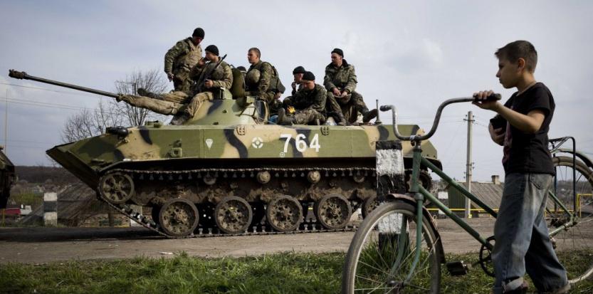 Un enfant regarde passer un tank ukrainien à Kramatorsk près de Slavyansk. Pierre Crom/LEJOURNAL/SIPA