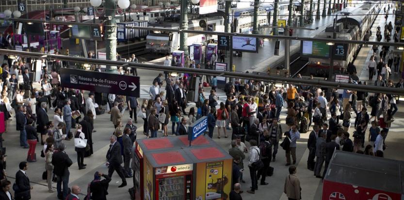 Des voyageurs à la Gare du Nord, le 12 juin 2014. (JOEL SAGET/AFP)