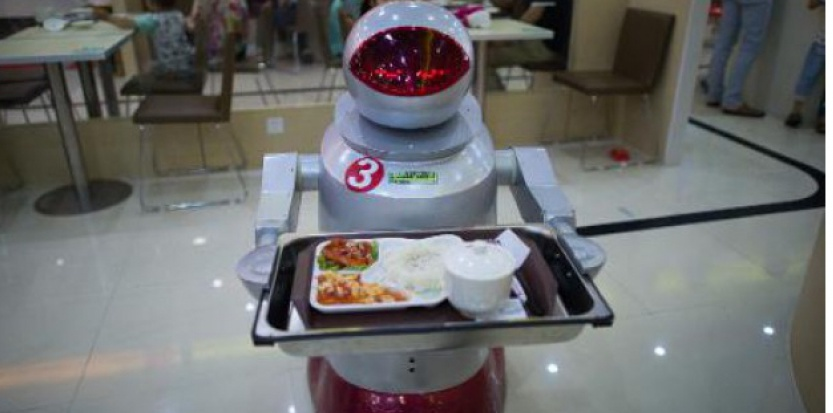 Un robot fait le service dans un restaurant de Kunshan, dans l'est de la Chine, le 13 août 2014(c) Afp