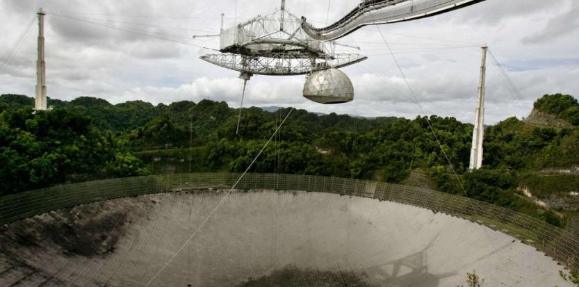 Le radiotéléscope de l'observatoire d'Arecibo (Porto Rico) est le plus grand et le plus sensible au monde (Brennan Linsley/AP/SIPA).