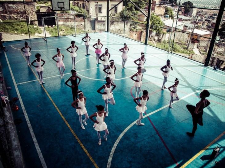 En attendant de pouvoir financer et construire une vraie école, les cours de danse ont lieu dans la salle multisports du quartier.