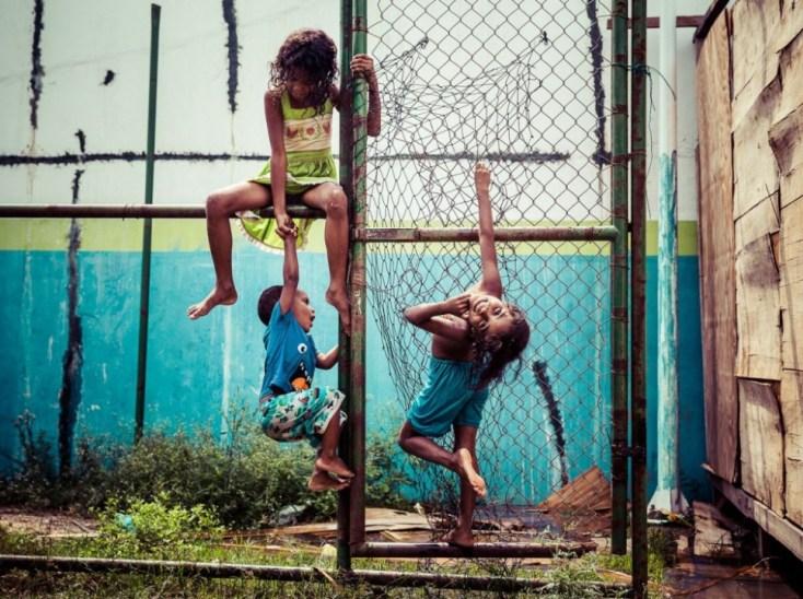 Jeux d'enfants dans le quartier de Morro do Adeus de Rio.