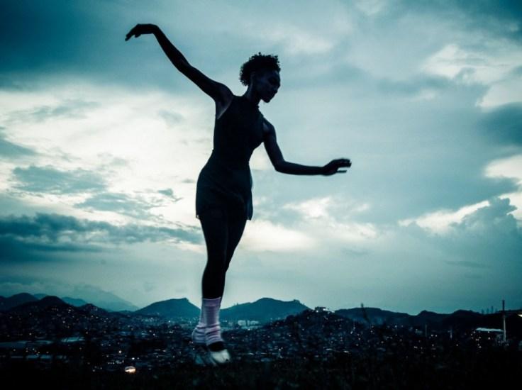 Tuany Nascimento sur la pointe des pieds, dans son quartier Morro do Adeus.
