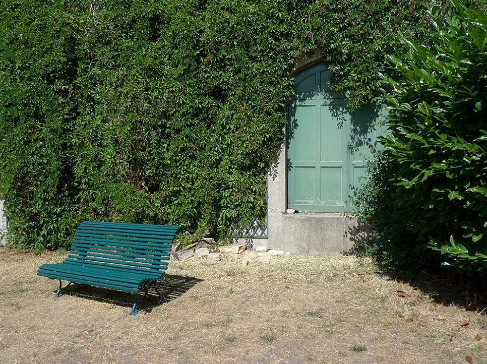 Porte d'entrée d'un abri dans le mur d'un jardin