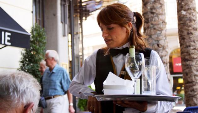 Plats renversés, amitiés d'un été et hypocrisie : mon job de serveuse dans un restaurant