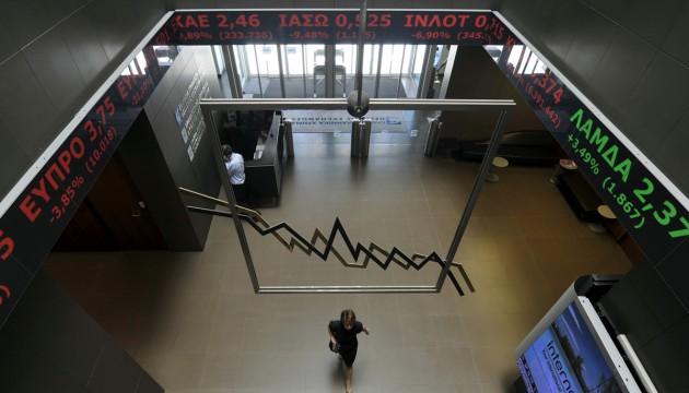 Une employée dans le hall de la Bourse d'Athènes, le 07/05/12 (LOUISA GOULIAMAKI/AFP)