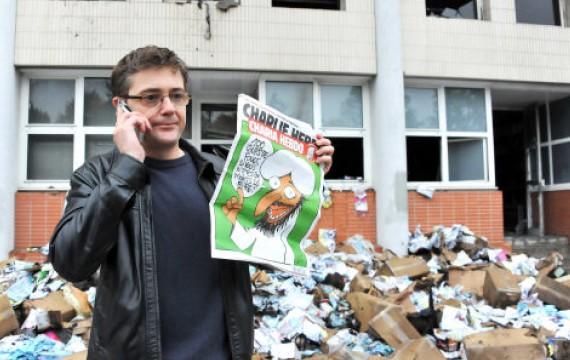 Charb, directeur de la redaction devant les locaux détruits de Charlie Hebdo le 2 novembre 2011 - URMAN LIONEL/SIPA