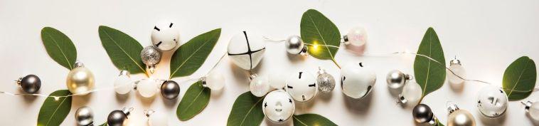 Rand van groene blaadjes, belletjes en kerstballen