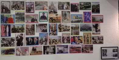 """""""Laienspielschar"""" 2002, Auswahl gestempelte Farbkopien DIN A3 von Pressefotos auf buntem Papier, Sammlung Weserburg Bremen"""
