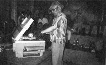 Albrecht/d. führt die künstlerische NUtzung eines Farbkopierers vor. Foto aus ketchup 09-1988
