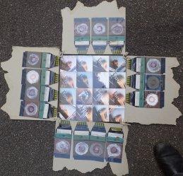 Fünfteiliges Ensemble mit Polaroids von einer Fingernagel-Decollage-Aktion und buddhistischen Ringen auf den Abzughüllen