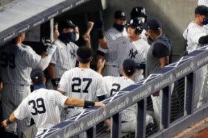 Yankees celebrating <a rel=
