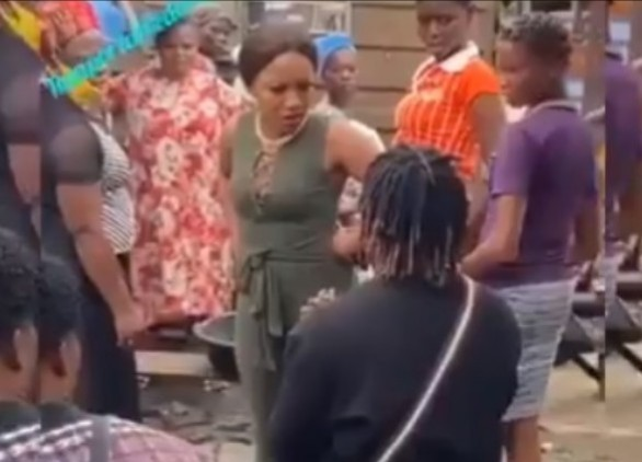 Man Proposes To His Girlfriend in Market Place, See Lady's Reaction [Video]