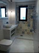 reforma-total-de-bano-instalacion-de-lavabo-inodoro-decoracion-y-plato-de-ducha