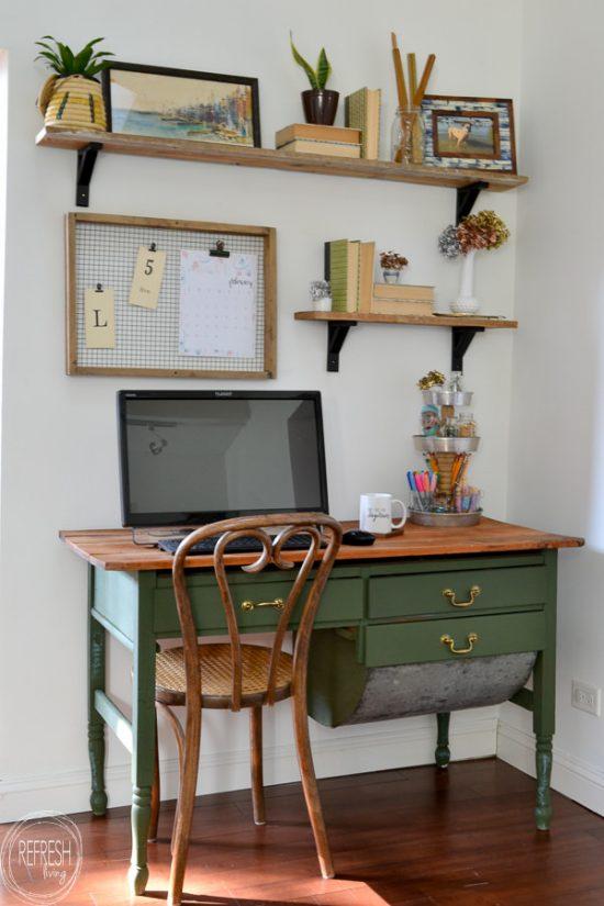 Zona de escritorio con baldas