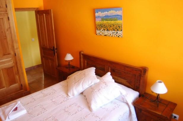 Habitación naranja muy luminosa, la habitación ideal.
