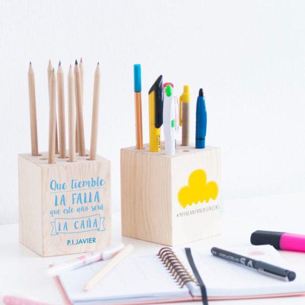 Portalápices en madera de pino con 9 agujeros para poner lápices, rotuladores, colorines, etc. Se puede personalizar con escudo, boceto falla,frase bonita..