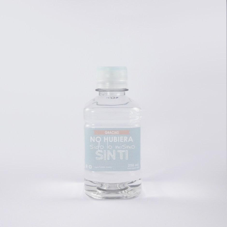 Botella en forma cuadrada con etiqueta personalizada