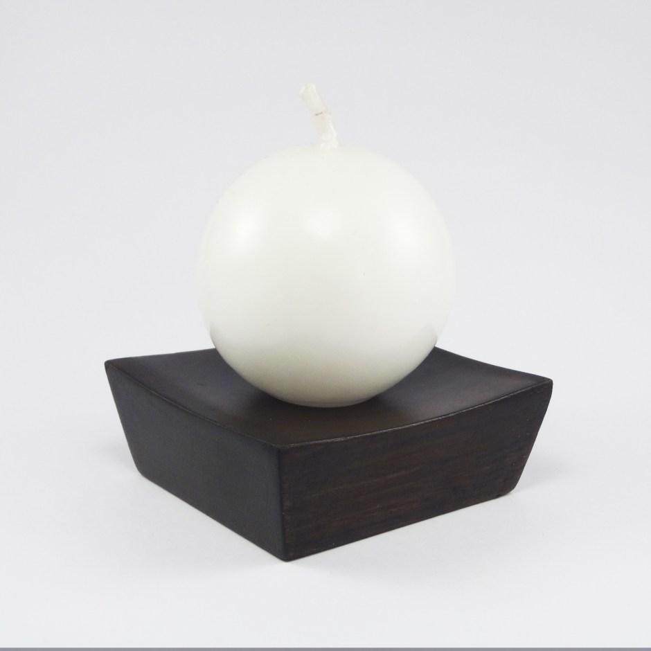Vela blanca redonda con base en madera