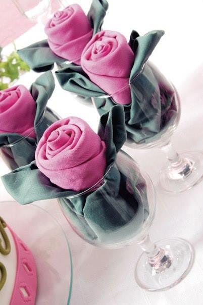 Cómo doblar servilletas para ocasiones especiales formado rosas de tela 1