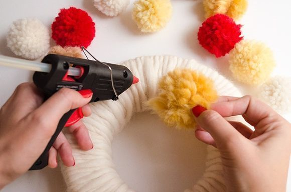Coronas de adviento DIY con pompones de lana 6